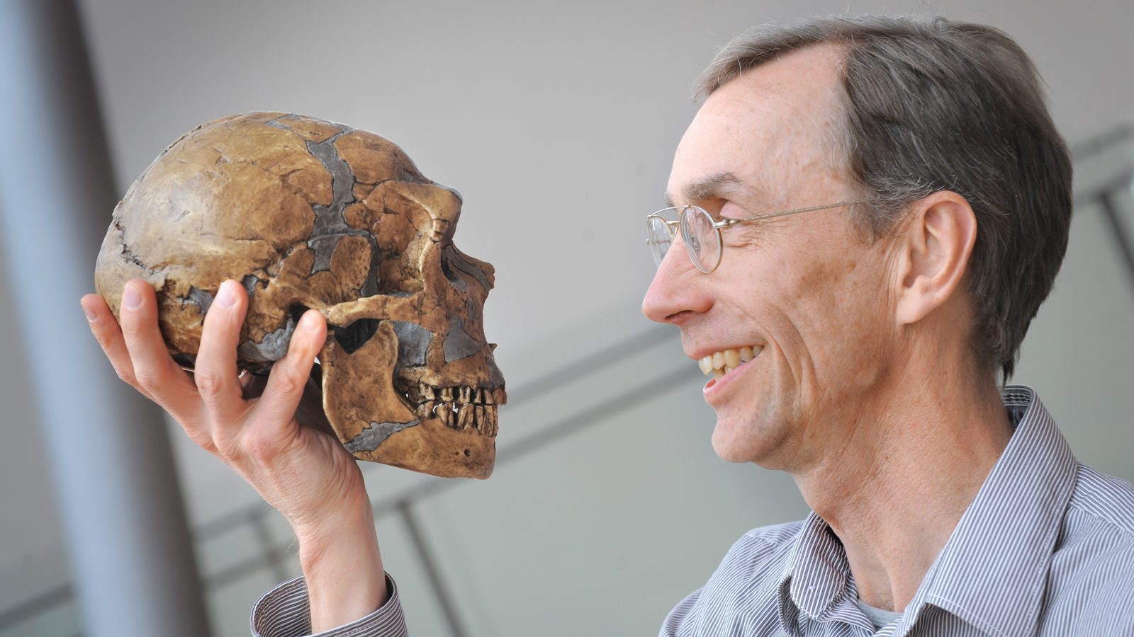 Svante Pääbo with a reconstructed Neanderthal skull